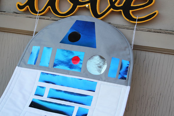 this R2D2 Quilt really shines - and is super easy to make!